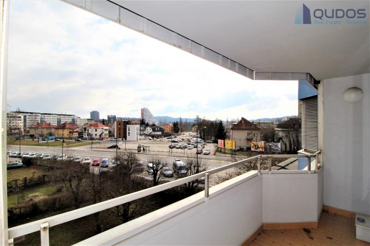 Lokacija: Ljubljana mesto, Bežigrad, Bežigrajski dvor