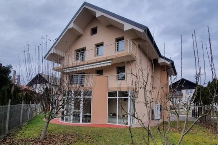 Lokacija: Ljubljana okolica, Komenda